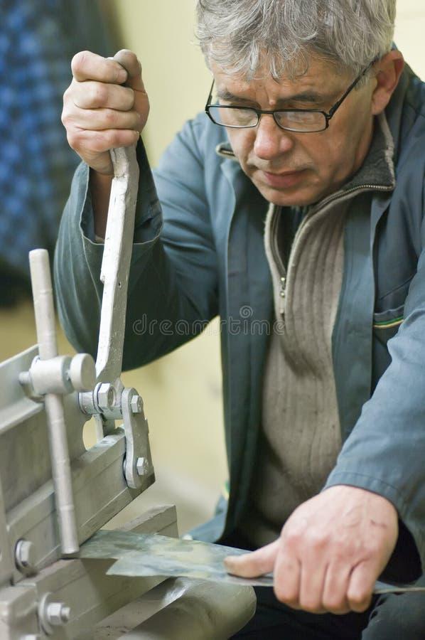 Metallarbeiter und Guillotine stockbilder