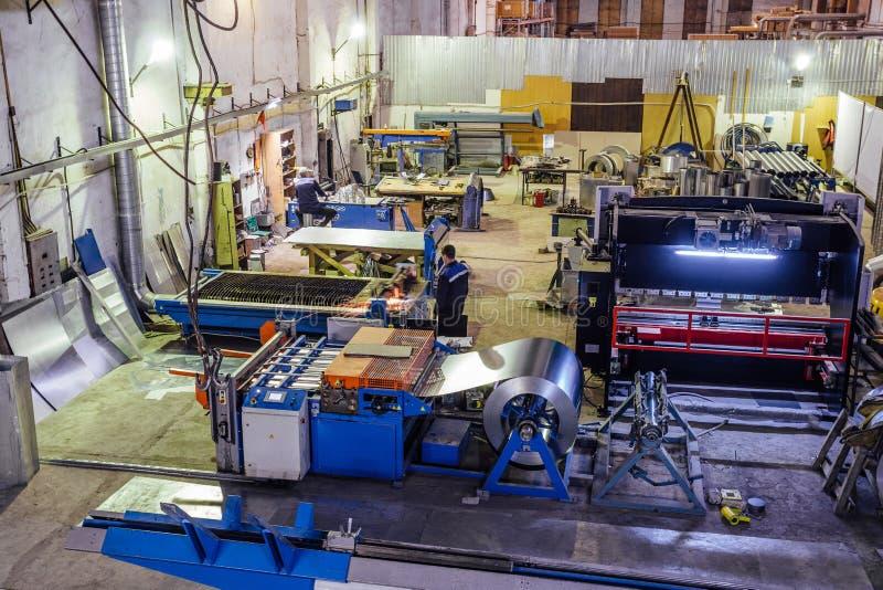 Metallarbeitsfabrik Herstellung von Rohren und von Ausrüstung zerteilt für Luftbelüftungs- und -zustandssysteme lizenzfreies stockbild