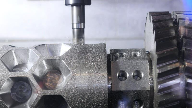 Metallarbeitsschneidvorgang durch Fr?ser media Cnc-Maschinenprozess-Metalldetail Nahaufnahme des Metalls lizenzfreie stockbilder