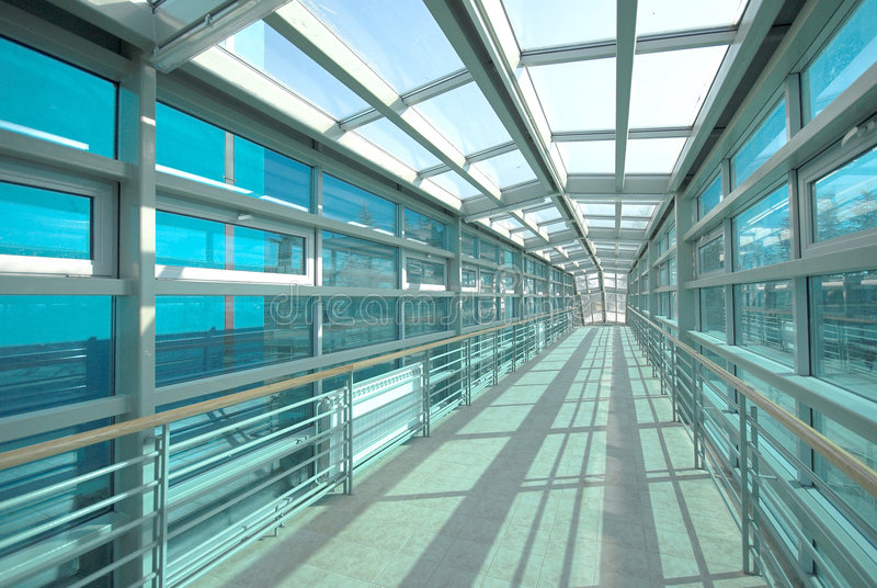 Metallaufbautunnel und -glas stockfoto