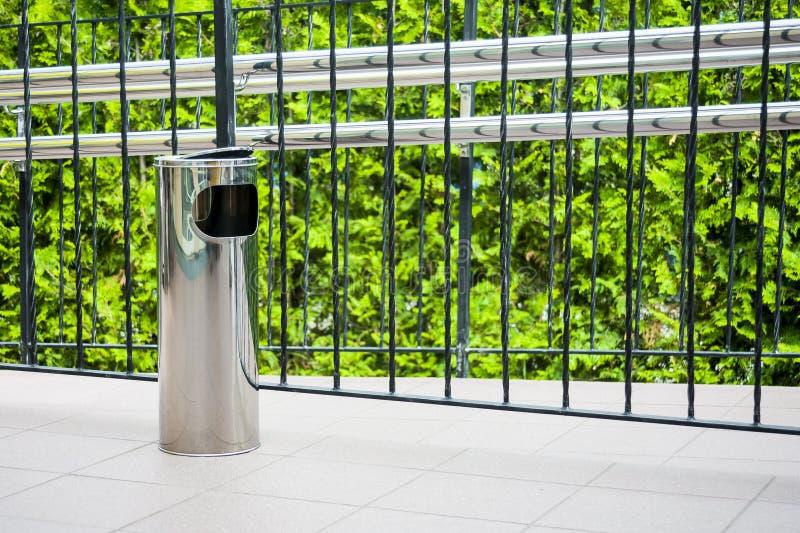 Metallavfallkorg på terrassen. arkivfoton