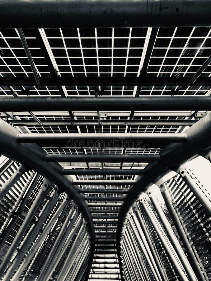 Metallbågebro för svartvita paneler för sol- energi/ arkivbild