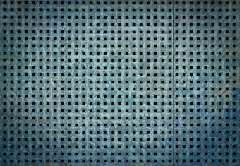 Metallbakgrund med perforering av fyrkantiga hål Blå ståltextur royaltyfri foto