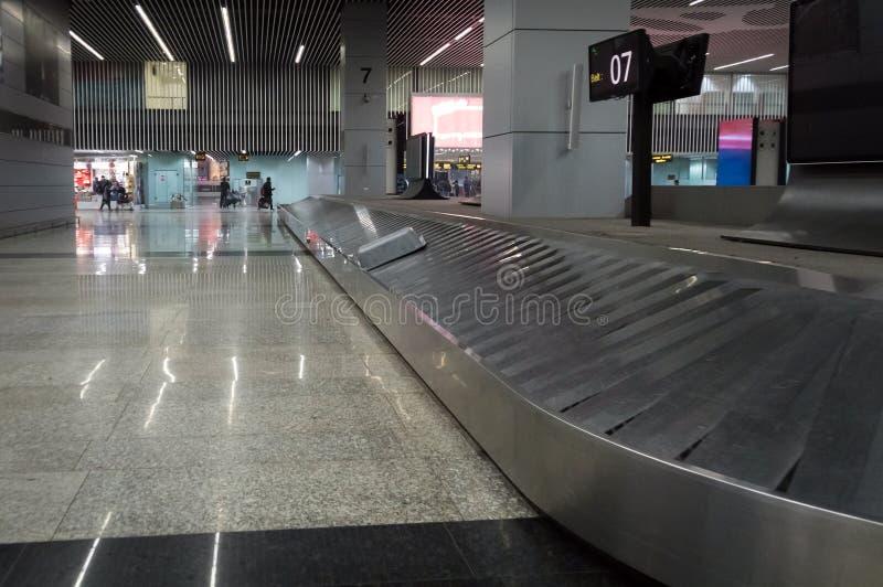 Metallband för bagage på bagagereklamationen på flygplatsen fotografering för bildbyråer