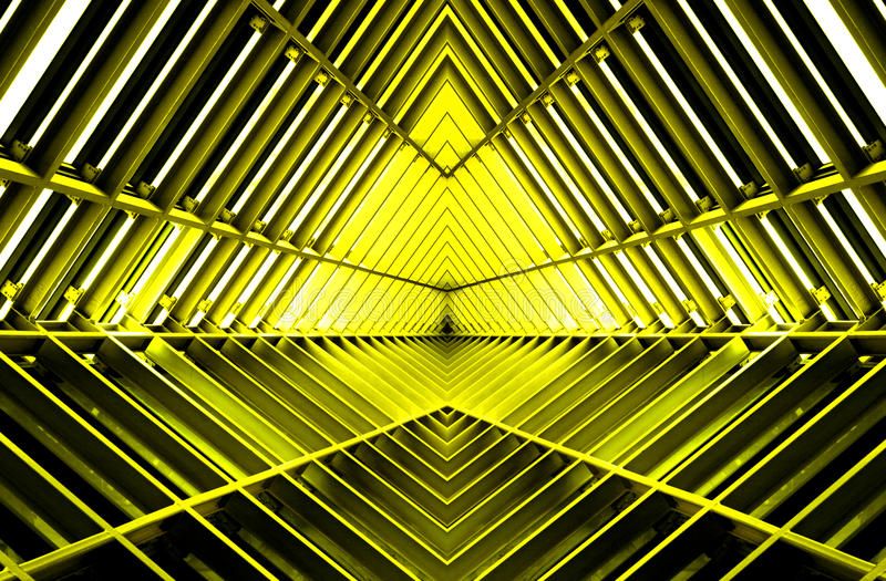 Metallbau ähnlich Raumschiffinnenraum im gelben Licht stockbilder