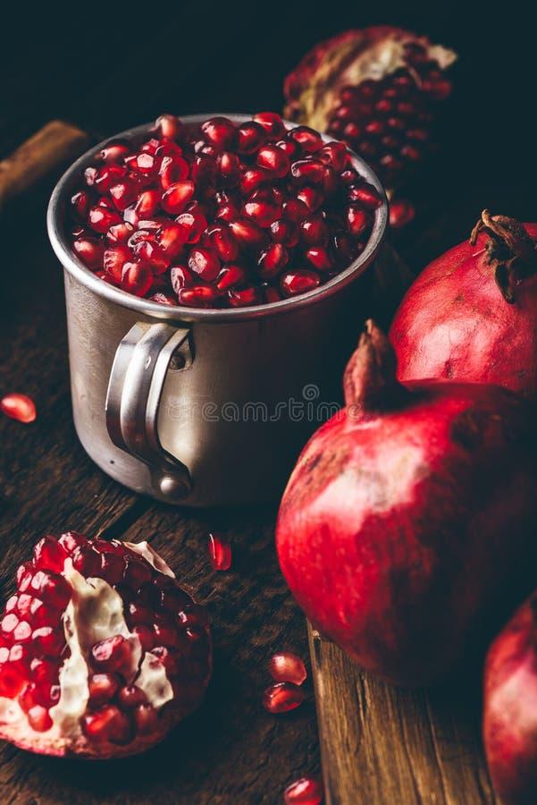 Metallbecher voll Granatapfelsamen stockfotografie