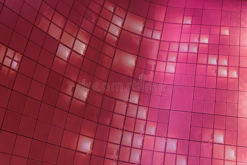 Metallbeschaffenheits-Maschenmuster mit hellem Neonhintergrund der Pinks stockfoto