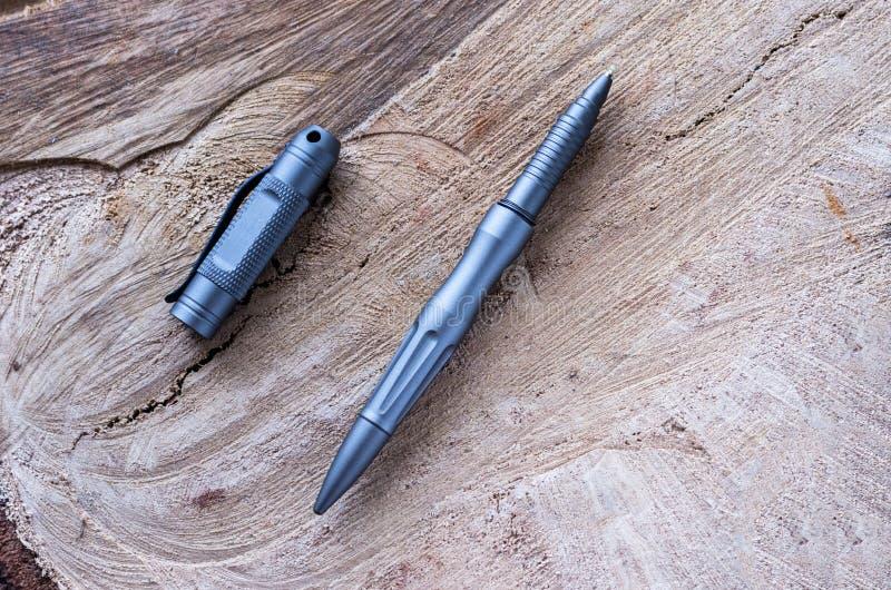 Metallbollpenna på en trästubbe royaltyfri fotografi