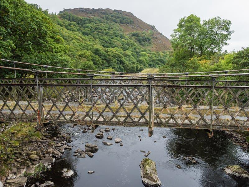 Metallbro i Elan Valley, Wales royaltyfri bild