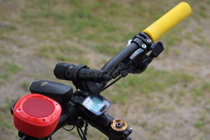 metallcykelhjul med ett gult handtag och ficklampor arkivfoton
