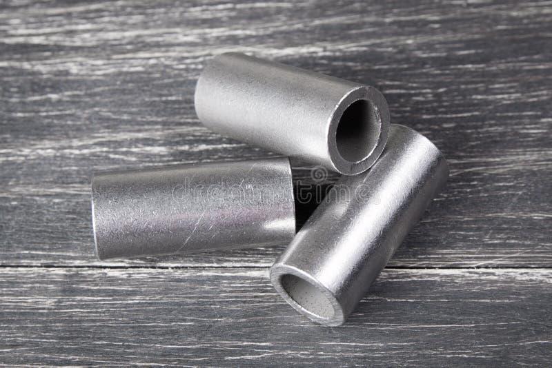 Metallcylindrar på mörk bakgrund royaltyfri fotografi