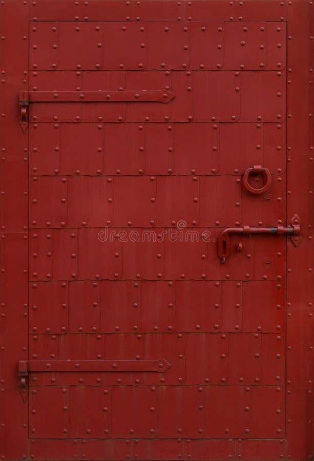 Metalldörr med nitar royaltyfri bild