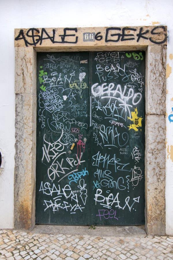 metalldörr som täckas med grafitti royaltyfri bild