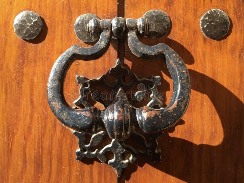Metalldörrknackare på trädörr royaltyfri fotografi