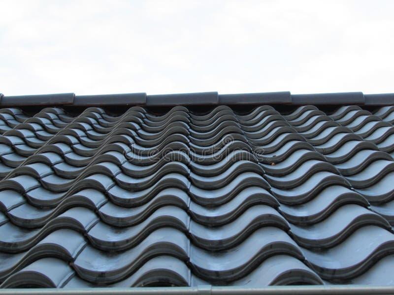 Metalldachplatte Dachfliese in der Zeile Reihe der schwarzen Fliese lizenzfreies stockbild