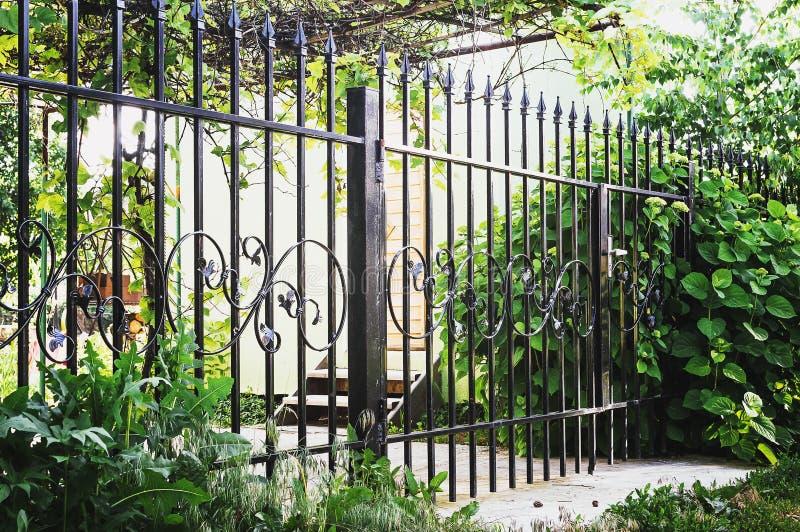 Metalldekorativer Zaun mit Tür und Tor des modernen Art-Entwurfs-Metallzauns Ideas lizenzfreie stockbilder