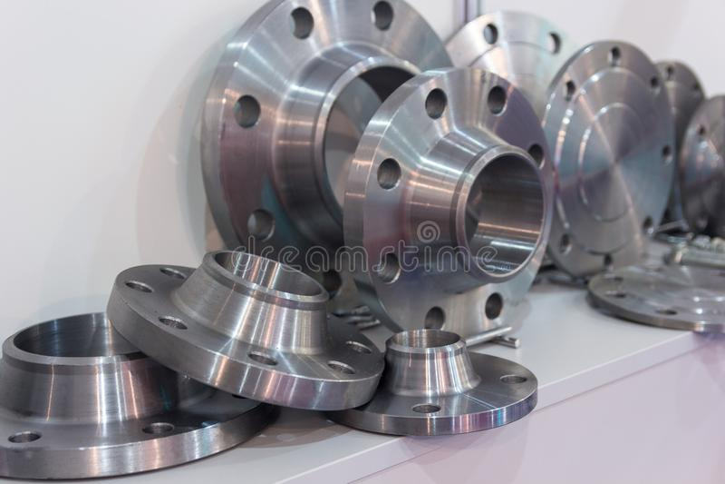 Metalldelar som göras på en drejbänk royaltyfri bild