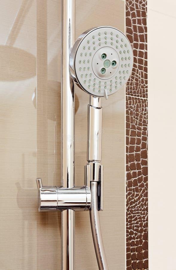 Metallduschehahn im modernen Badezimmer lizenzfreies stockbild