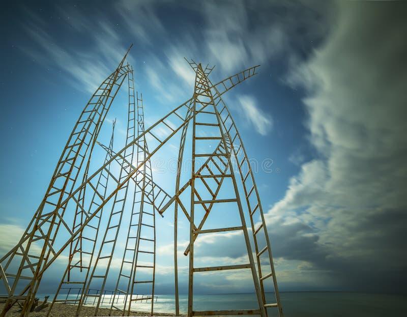 Metalleisenstrukturen, die zum Himmel schauen stockfotos