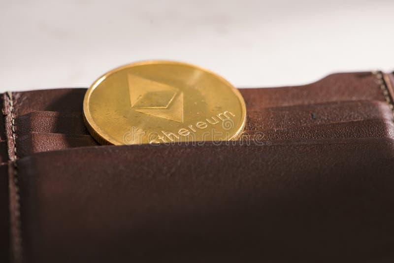 Metallethereum i brun läderplånbok Bitcoin - modernt faktiskt royaltyfri bild