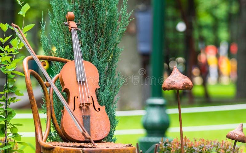 Metallfigürchen in Form einer Violine lizenzfreie stockfotografie