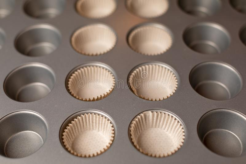 Metallform für die Herstellung von Muffins Küchenausrüstung für kleine Kuchen stockbild