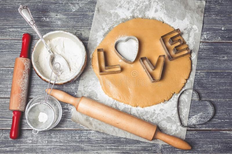 Metallformer för kakor med ingredienser och deg för förberedelsen av hemlagade kakor royaltyfria foton