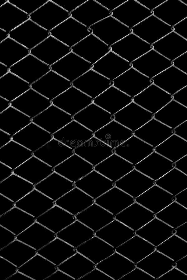 Metallgitter auf einem schwarzen Hintergrund stockfotos