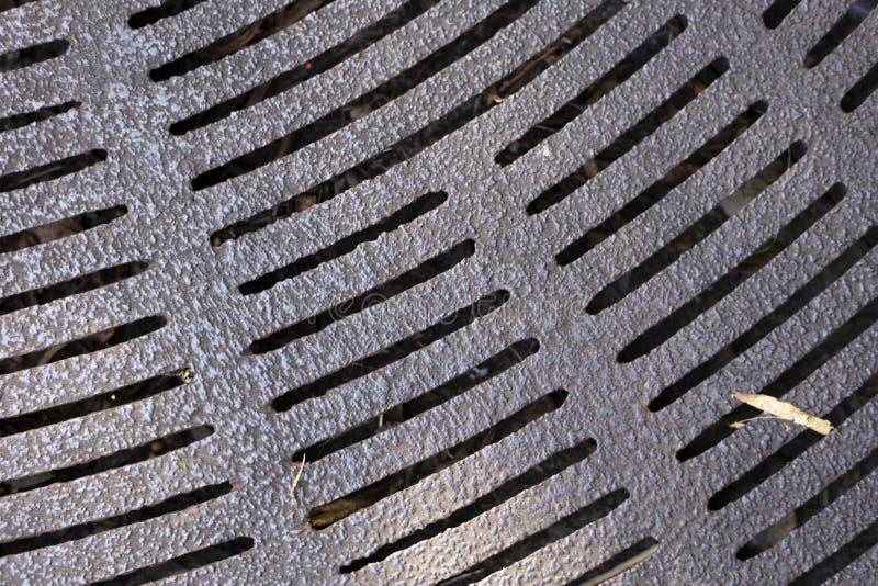 Metallgitter auf Straßenrundschreiben stockfoto