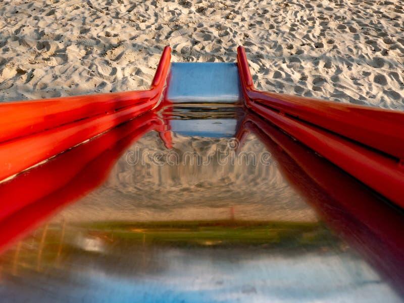 Metallglidbana för barn på sand arkivfoto