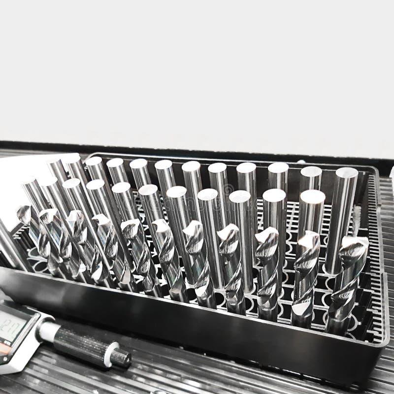 Metallgrundstången för framställning av vridningen borrar Fyrkantigt skott med kopieringsutrymme för design om hjälpmedel oc royaltyfri bild