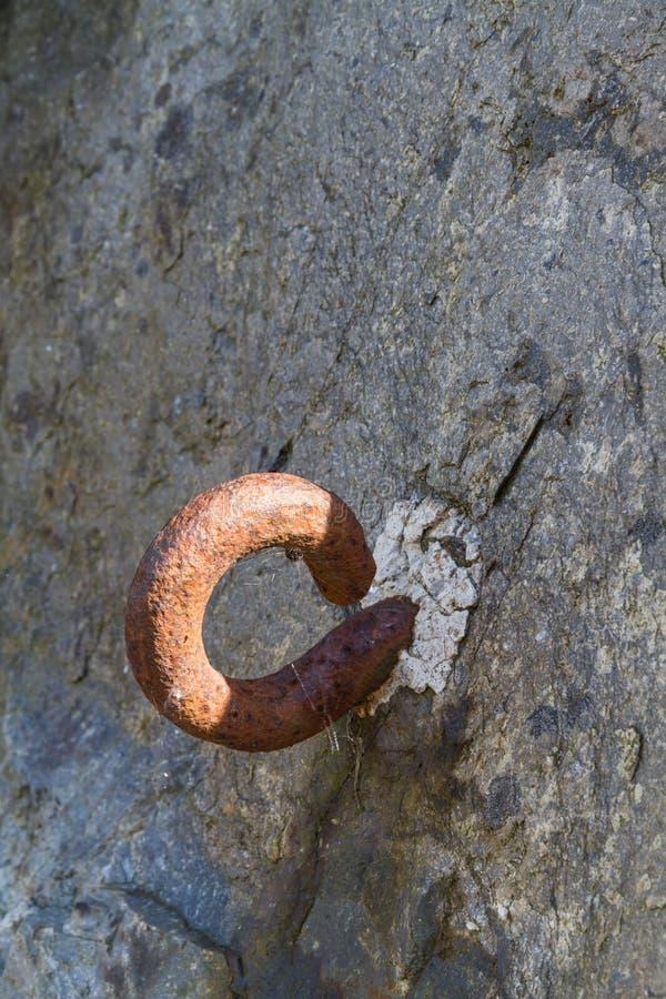 Metallhaken eingestellt in Felsen Straßensperre des Zweiten Weltkrieges lizenzfreie stockfotografie
