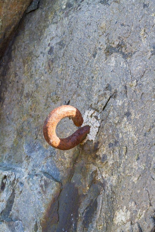 Metallhaken eingestellt in Felsen Straßensperre des Zweiten Weltkrieges lizenzfreie stockfotos