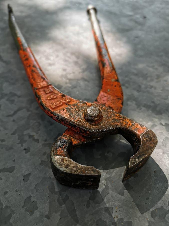 Metallhammer, Zangen, Handschuhe auf Metallhintergrund lizenzfreies stockbild
