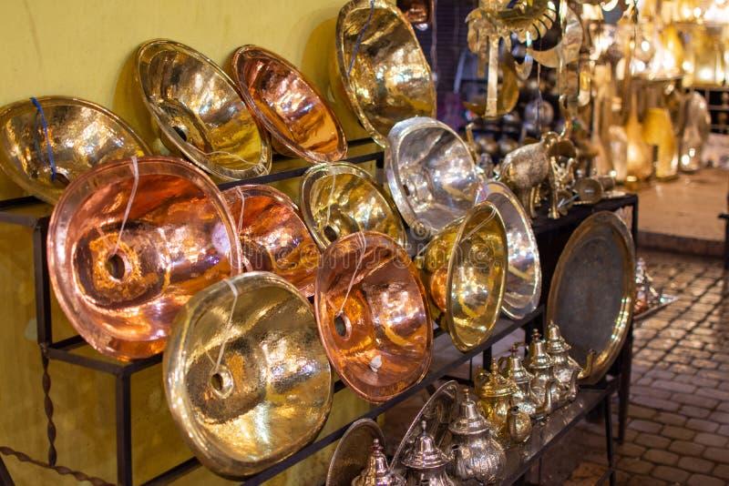 Metallhandwerk in Marrakesch Gold, Silber und kupferne Stücke lizenzfreie stockbilder