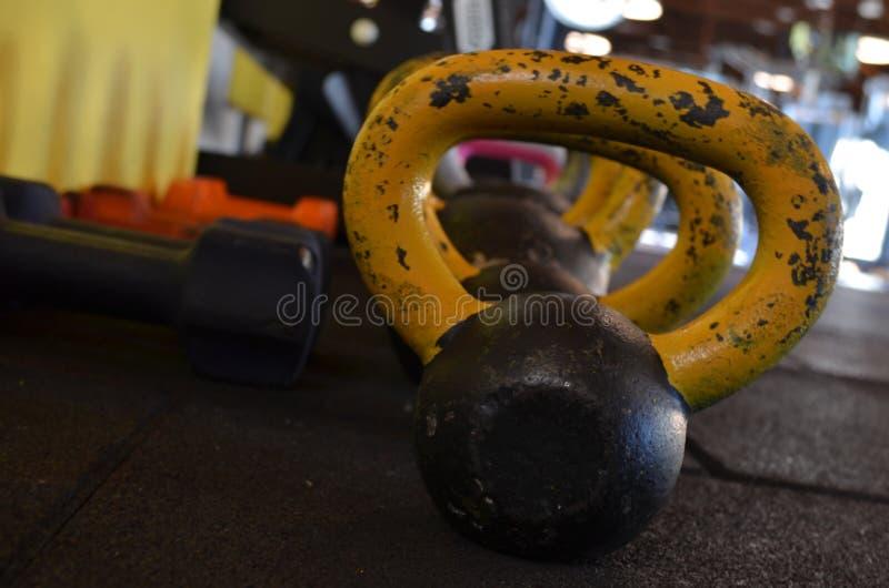 Metallhantlar i rad i idrottshall royaltyfri foto