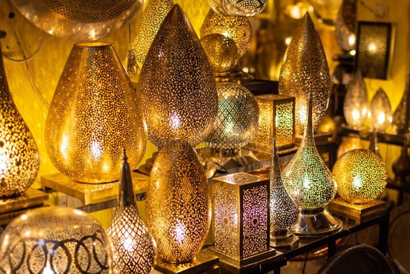 Metallhantverk i Marrakech Guld-, silver och kopparlampstycken i marknaden royaltyfria bilder