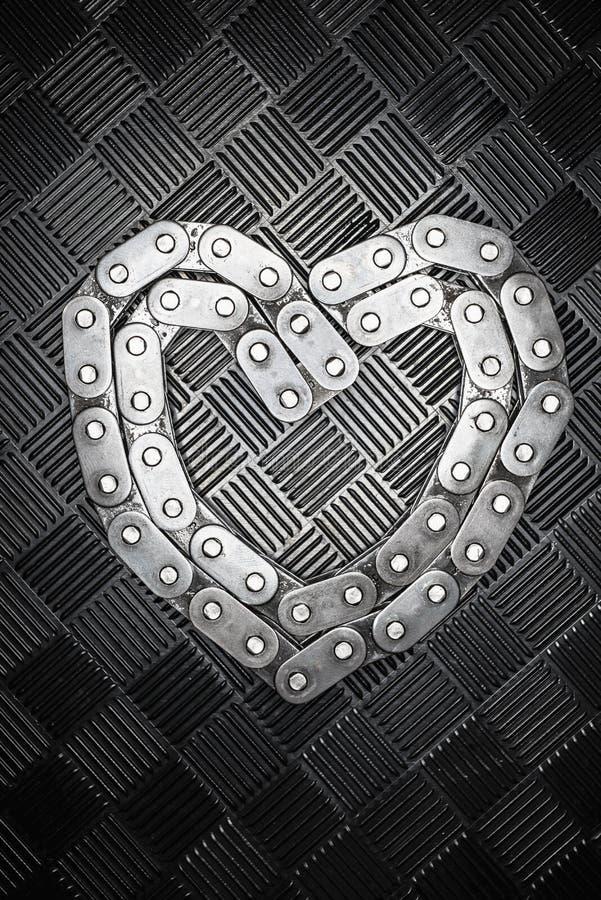 Metallhjärtan från kedja med kombinationsförälskelsehjärta på metallbakgrunden vita isolerade valentiner för begrepp dag arkivfoton