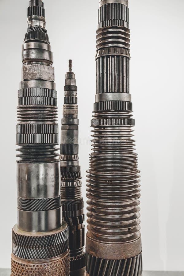 Metallische Gegenstände mit industriellen Gängen und Stücken stockbild