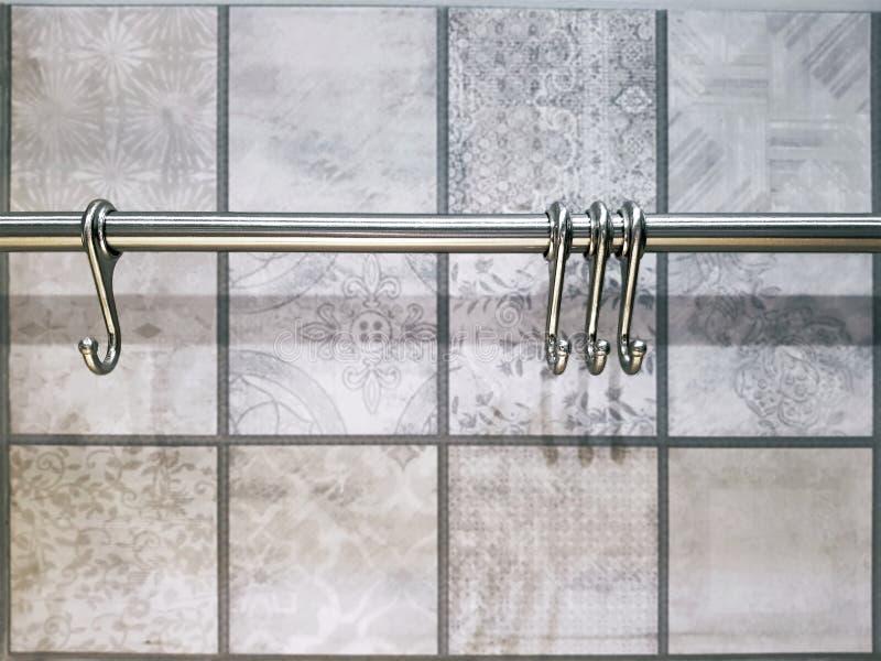 Metallische Haken für hängende Schalen an der Küche stockfotos