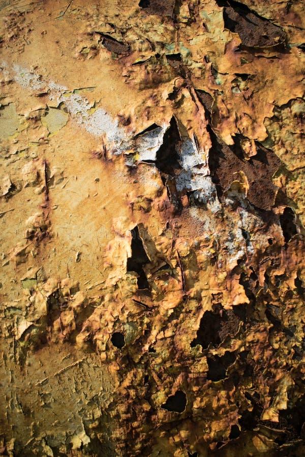 Metallische Oberfläche gemalt mit vielem Rost stockbild