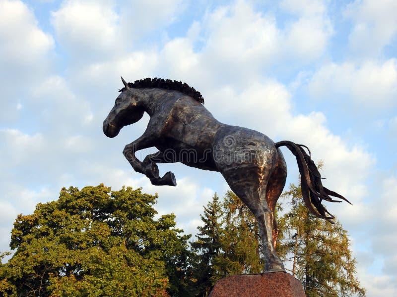 Metallische Pferdestatue nahe Priekule-Stadt, Litauen stockfotografie