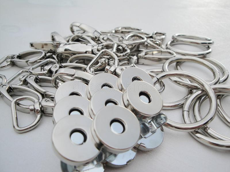 Metallische Produkte für die Bekleidungsindustrie carabiner im Farbnickel in einer Kopie, die für das Befestigen benutzt wird stockfotos