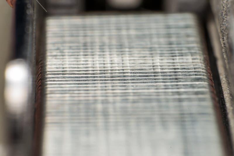Metallischer Heftklammernahaufnahme-Zusammenfassungshintergrund lizenzfreies stockfoto