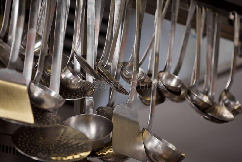 Metallischer Löffel, der in der Küche hängt stockbild