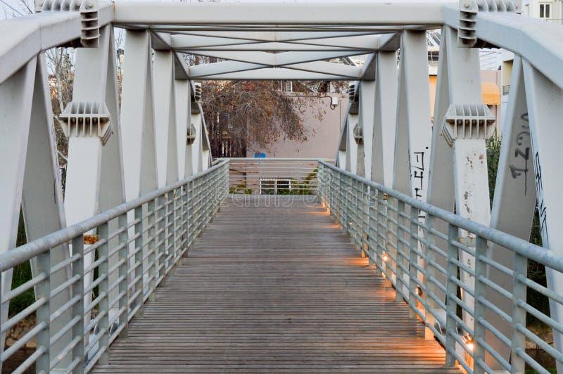 Metallisk bro med trägolvet arkivfoto