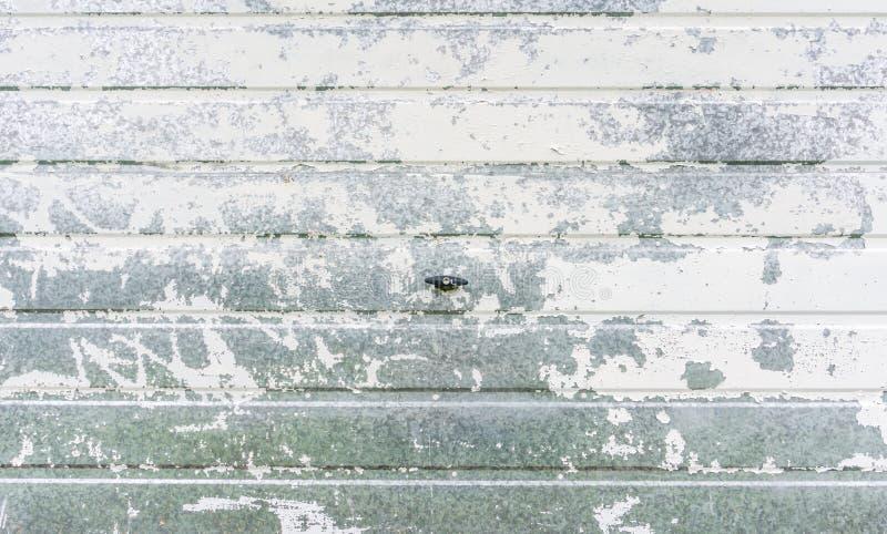 Metallisk dåligt målad garagedörr royaltyfria bilder
