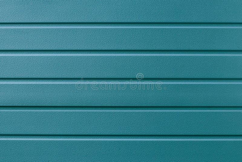 Metallisk randig yttersida för turkos Metalline vägg som sid, cladding Abstrakt grön strimmig bakgrund, modell Blått metallkärr royaltyfri foto