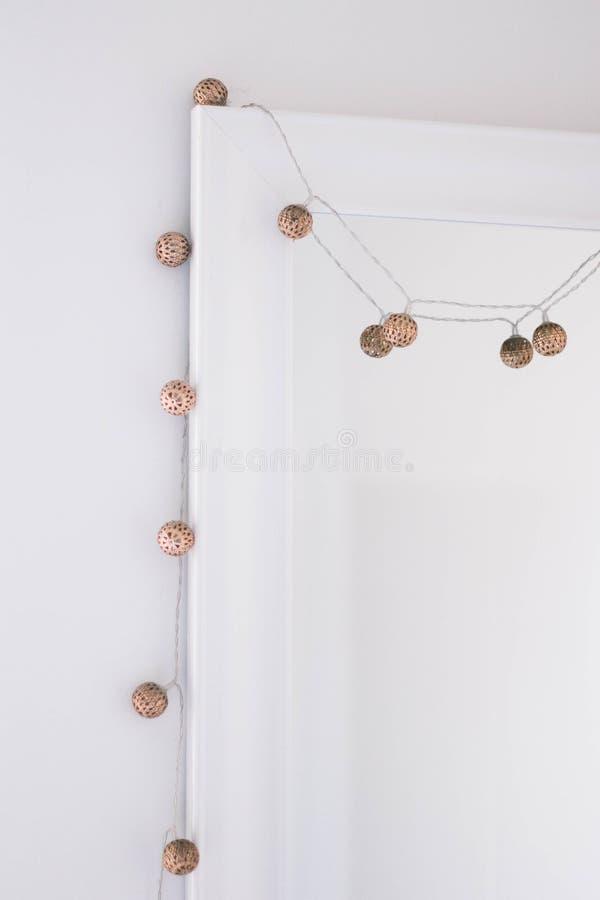 Metalliska felika ljus som hänger runt om spegeln arkivbild
