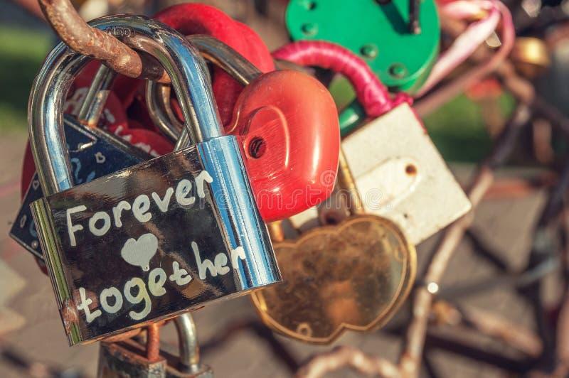 Metalliskt skinande lås med inskriftför evigt tillsammans arkivfoton